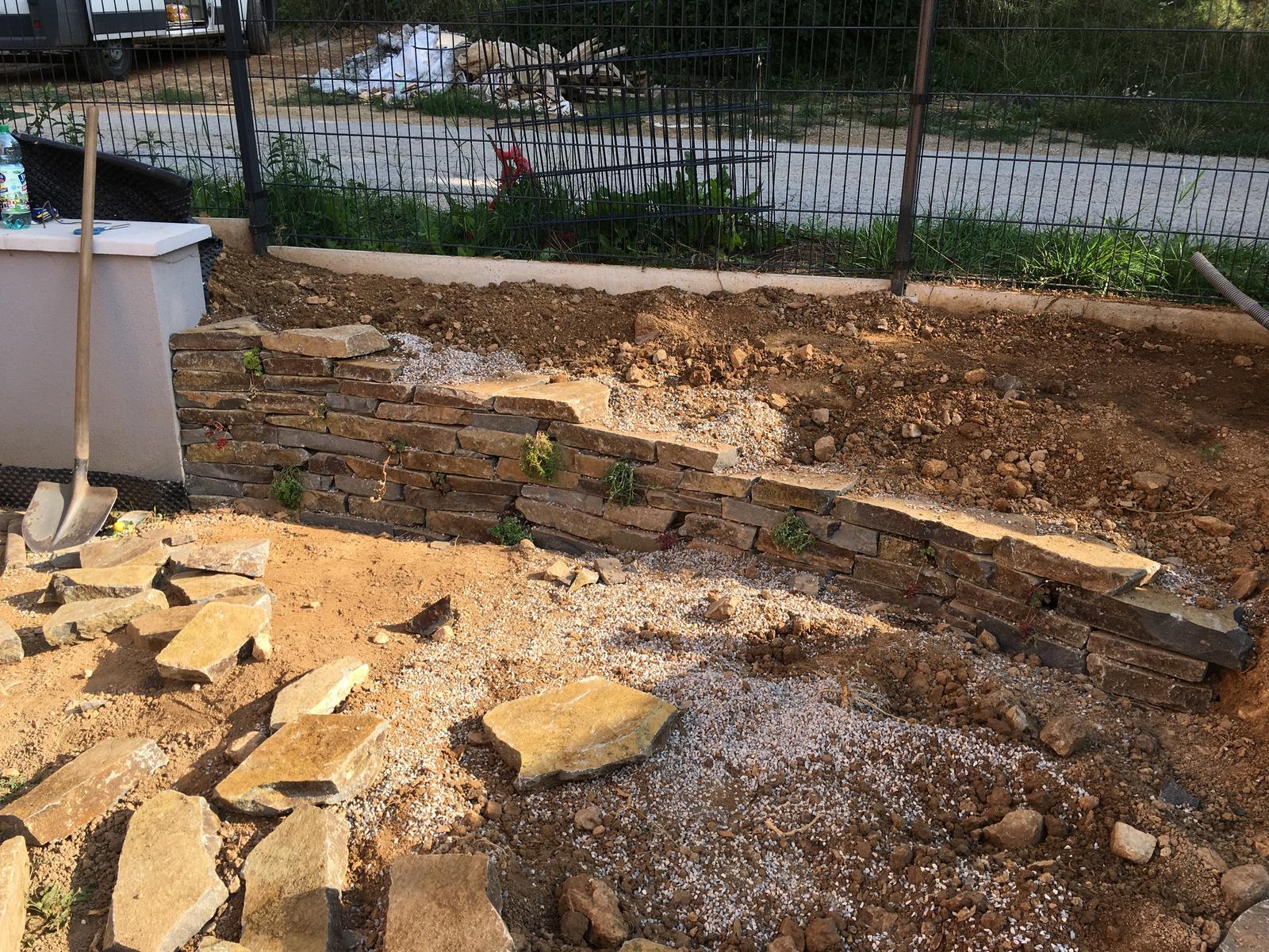 Záhrada v starom sade - Suchý múrik