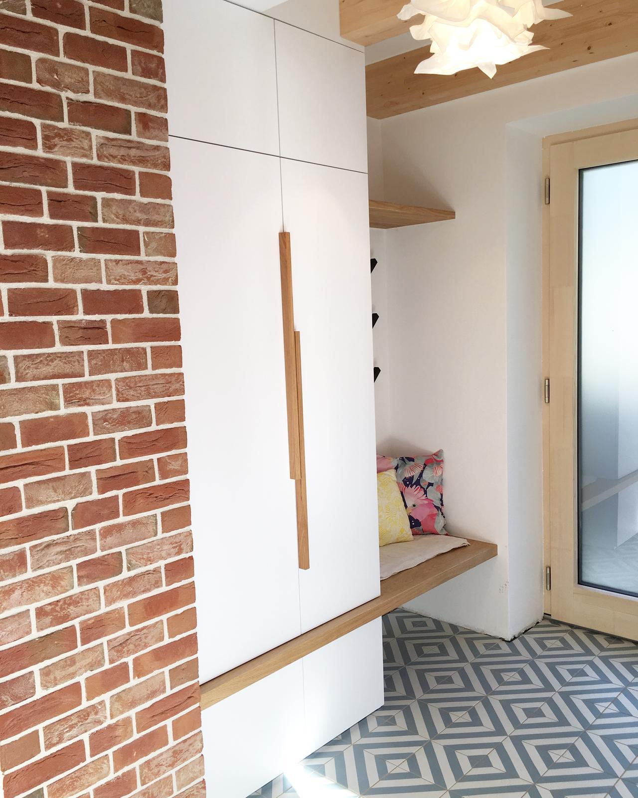 Nový dom v starom sade - šatník pri vchodových dverách