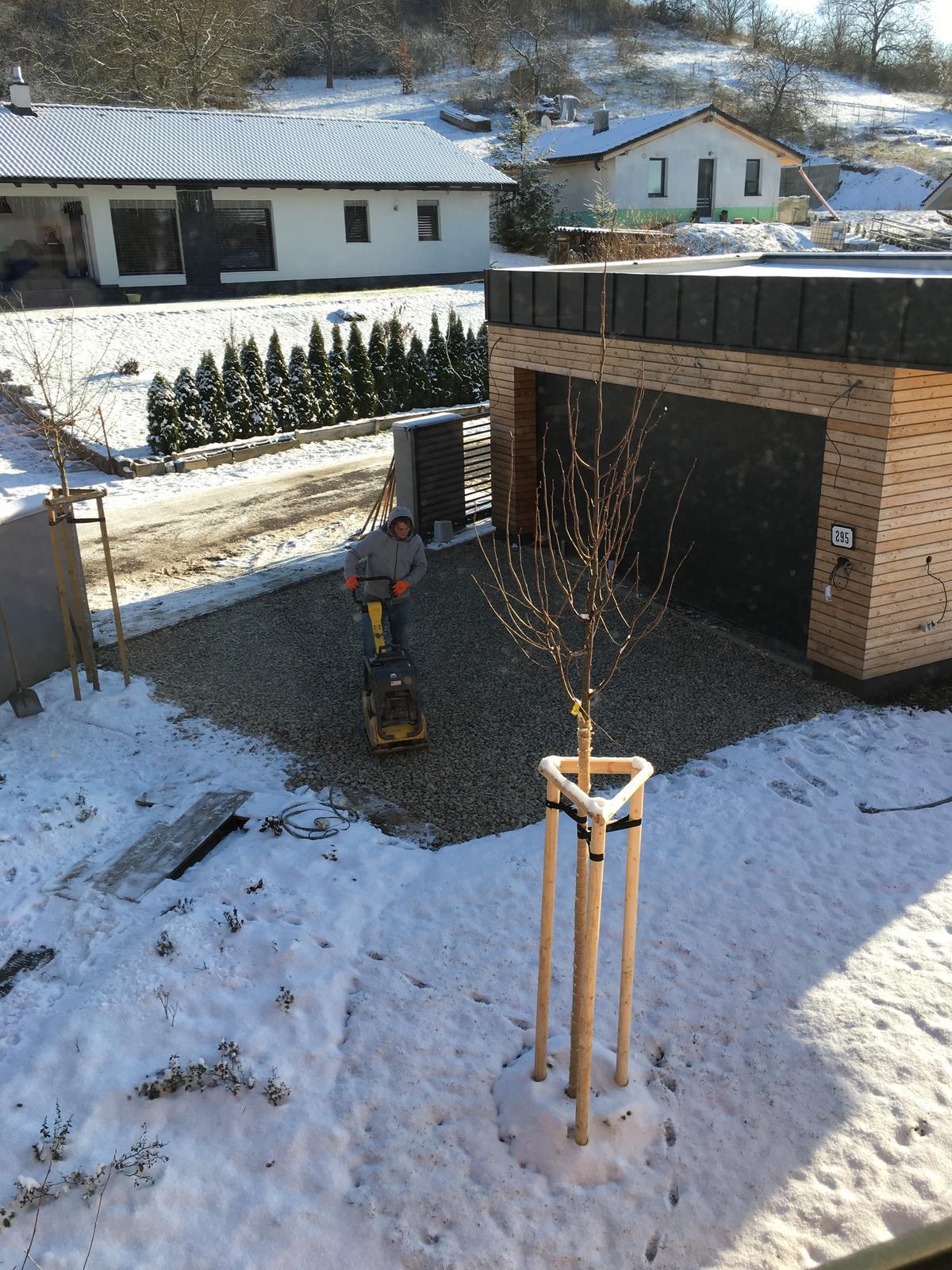 Záhrada v starom sade - A sneh nesneh u nás sa pracuje na parkovacom mieste a chodníku. Možno sa tento rok sa dostaneme ku dverám bez zablatených topánok a s autami konečne do garáže bez stavania rámp 😄🤞