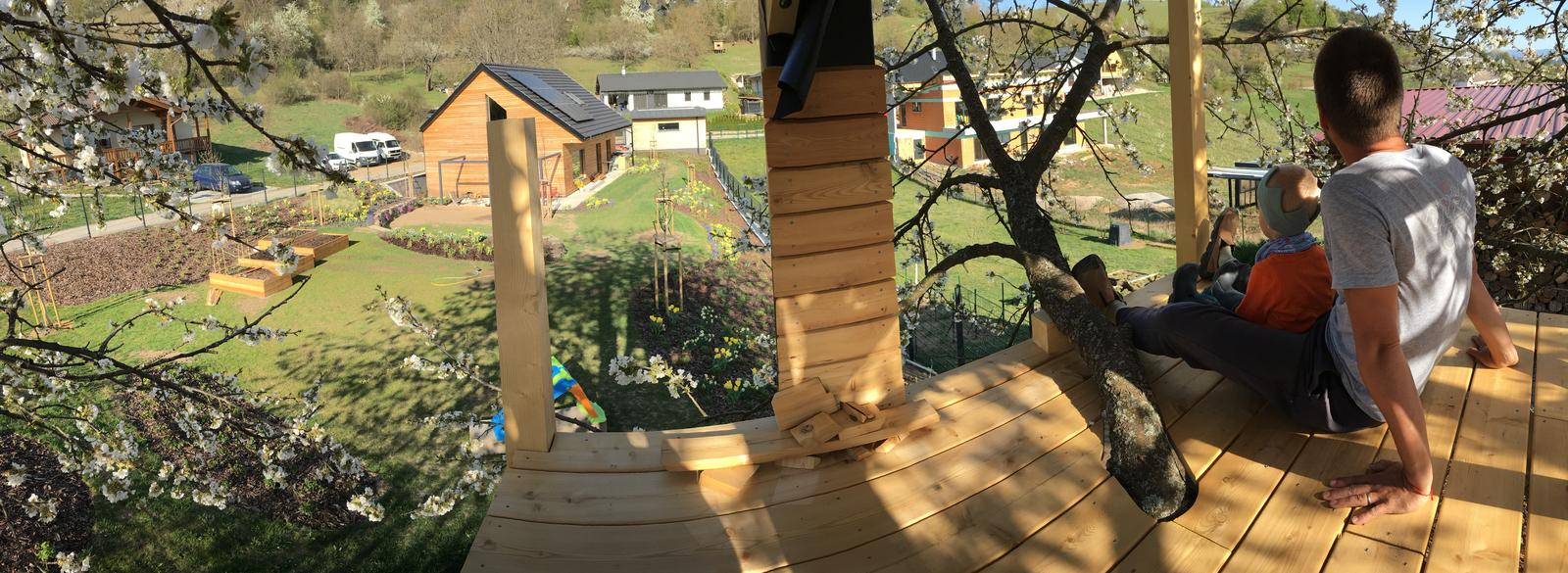 Záhrada v starom sade - a domček stále nie je dokončený, ale sedí sa v ňom dobre :)