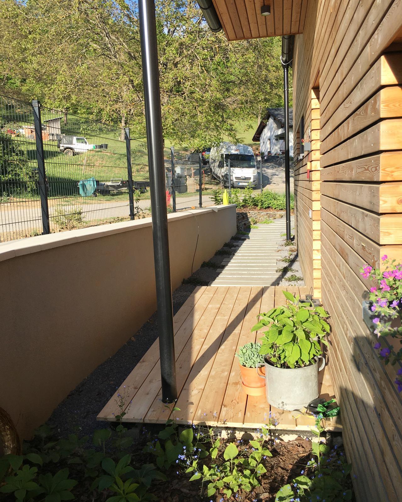 Záhrada v starom sade - Pred vchodom hotovo, už len bočné dosky :)