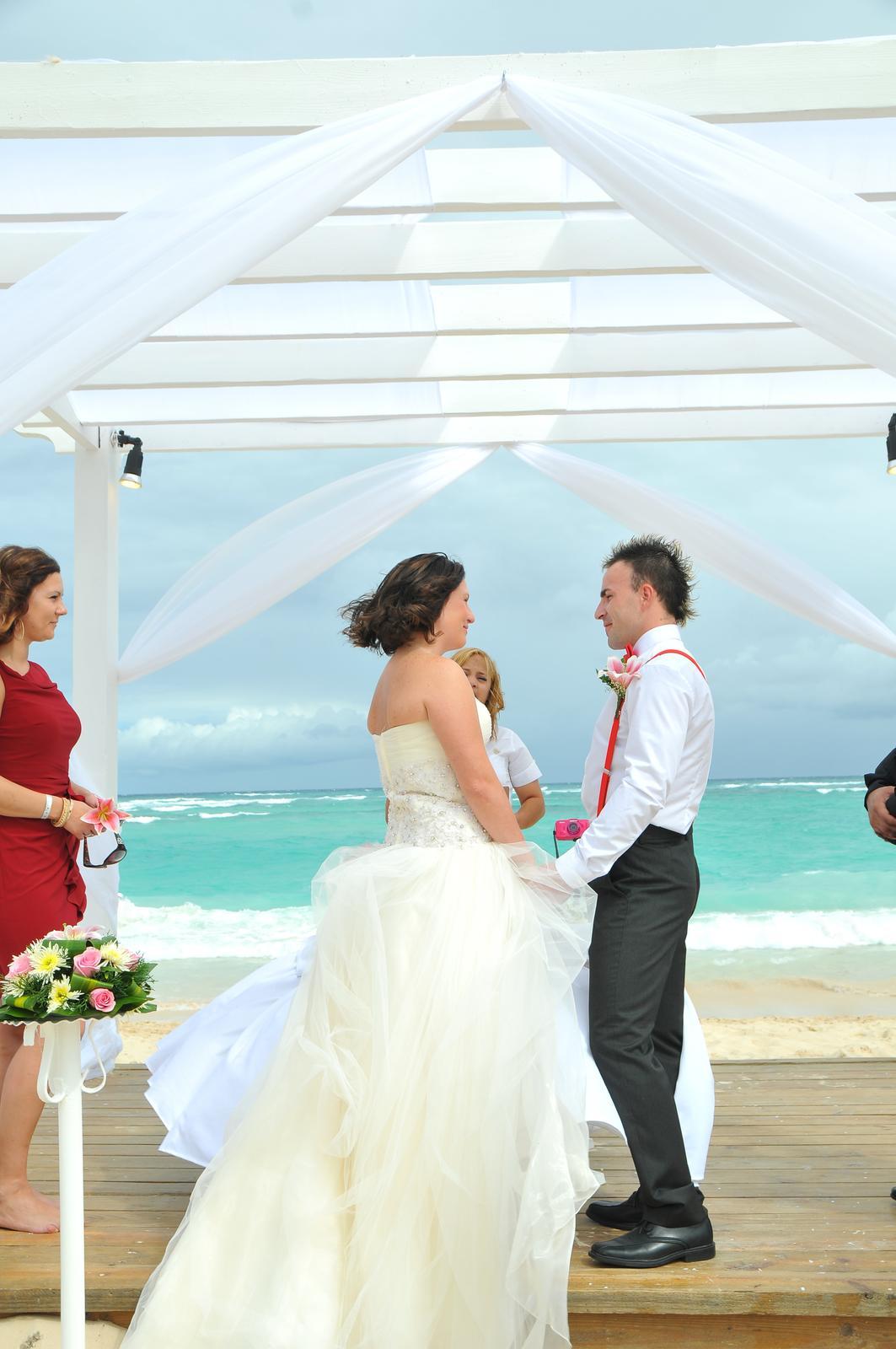 T.{{_AND_}}J. - pred svadbou som sa ho pytala budes plakat ked ma uvidis vo svadobnych satach? a on, ze budem sa usmievat. obaja sme plakali :)
