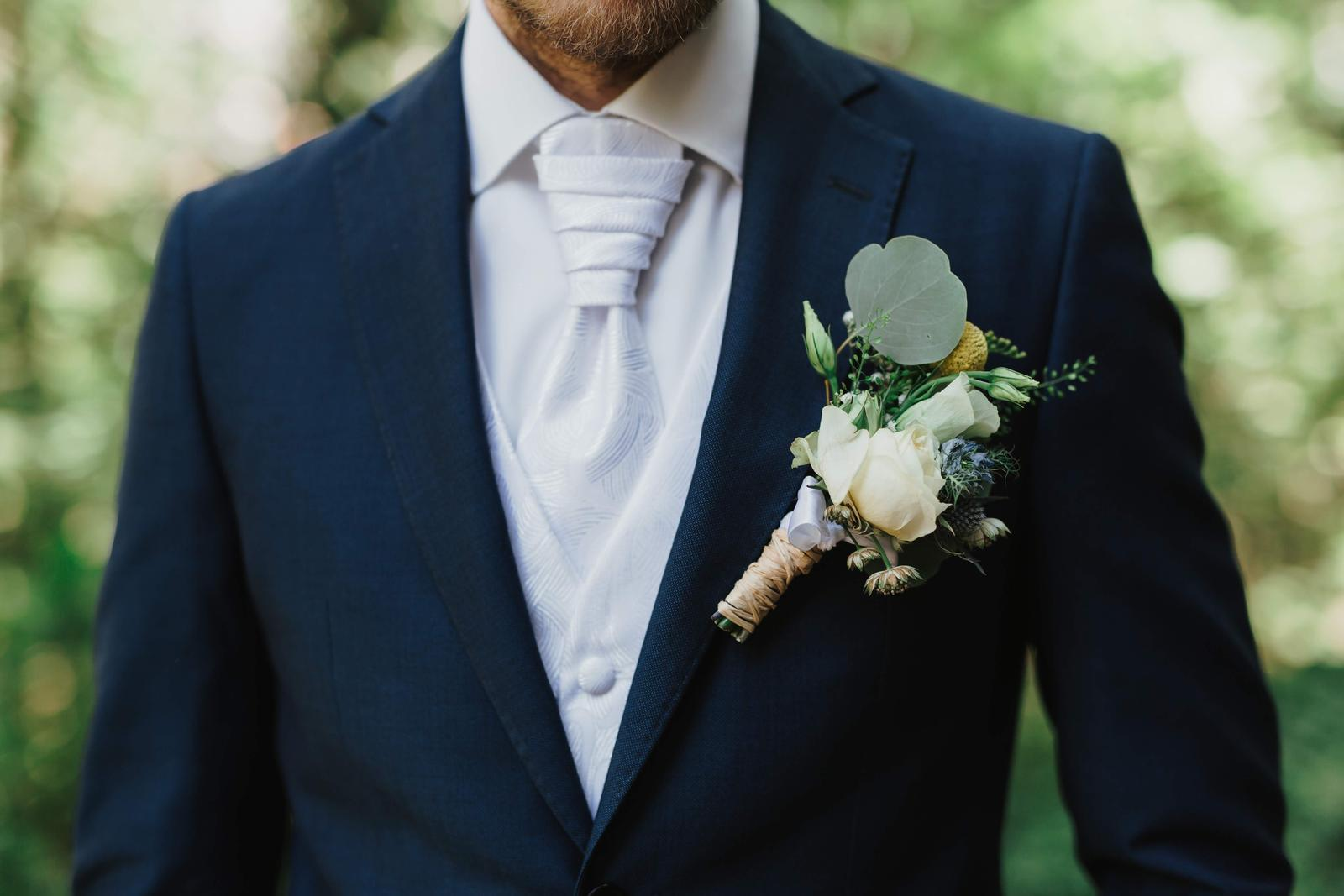 Vesta s vreckovkou a kravatou - Obrázok č. 1