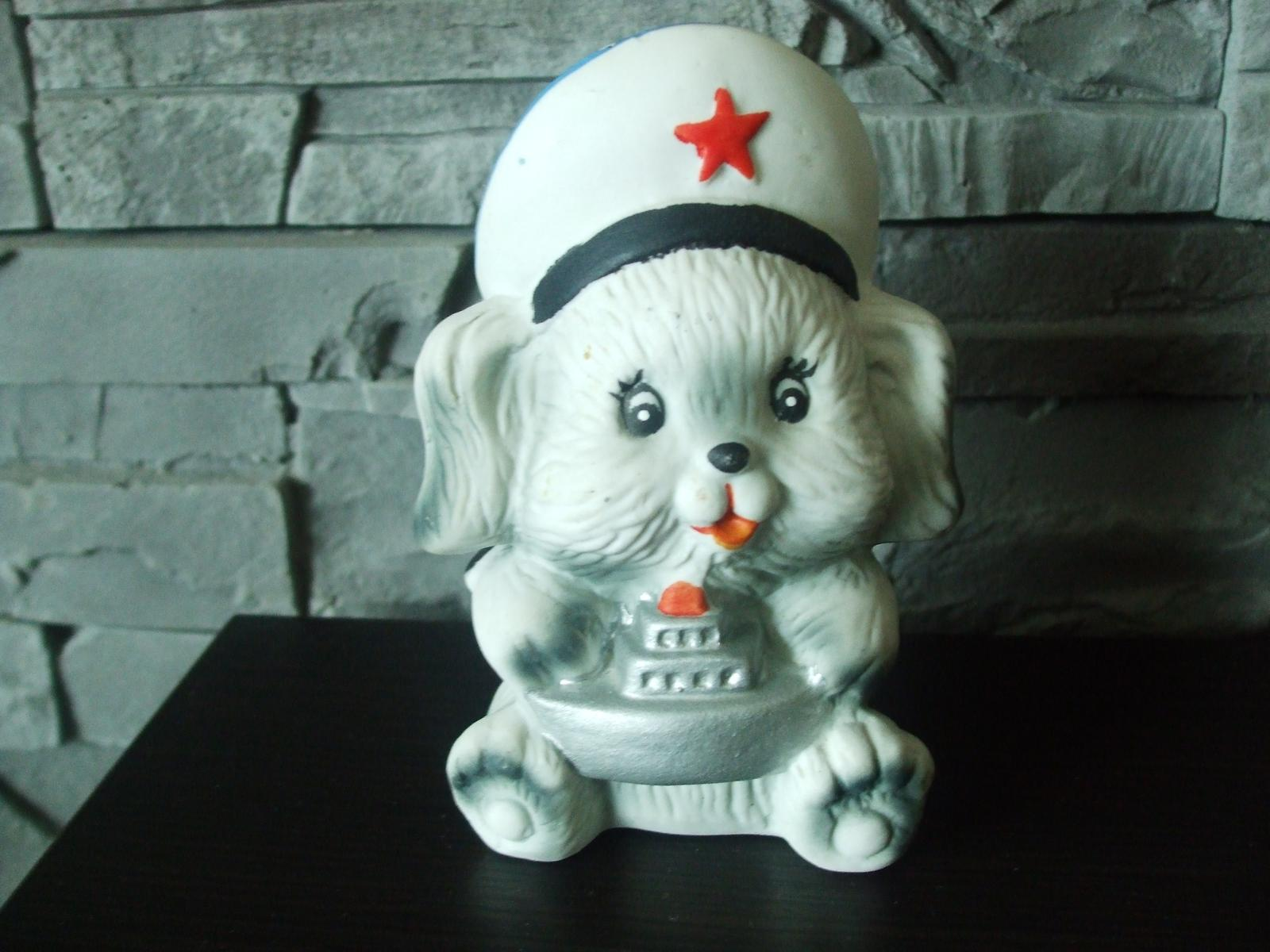 Soška-psík v námorníckom šýle. - Obrázok č. 1