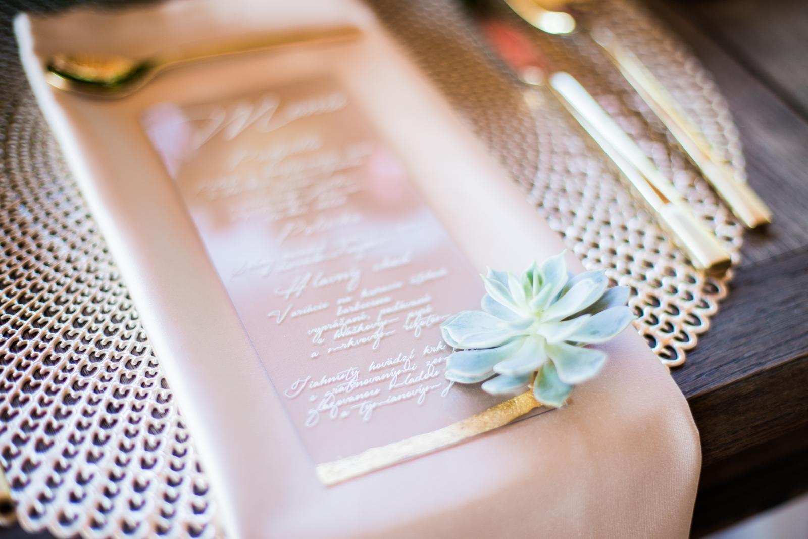 Originálne svadobné tlačoviny na transparentnom plaste doplnené plátkovým zlatom - Obrázok č. 1
