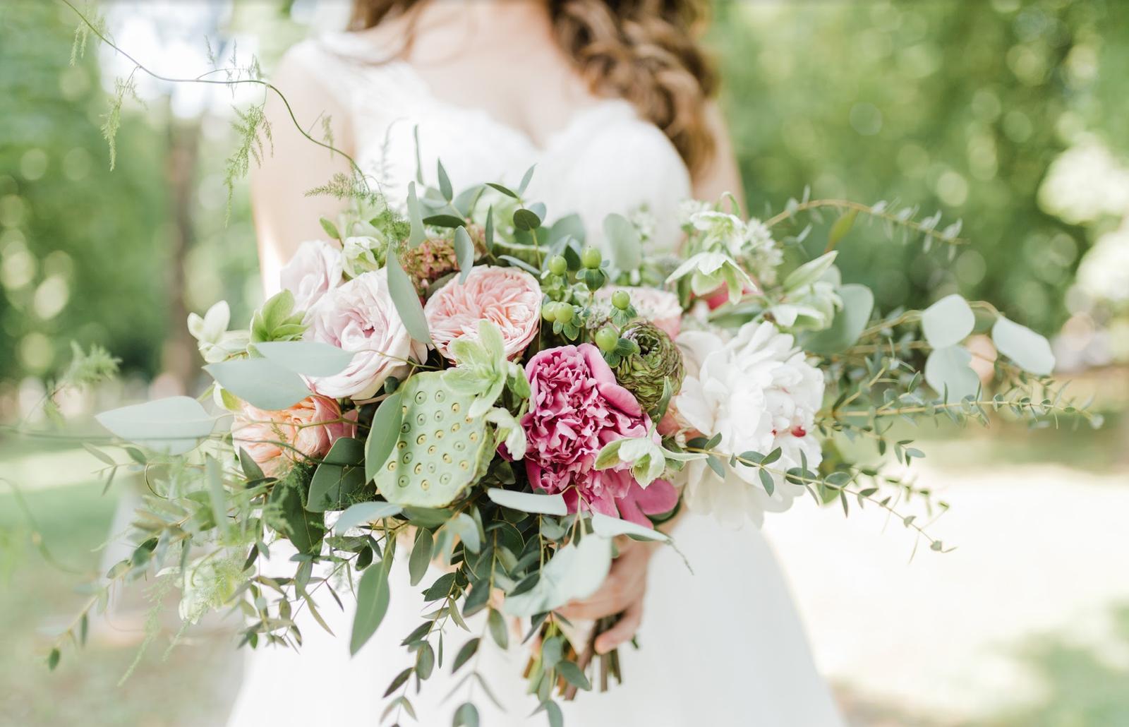 Nežná svadbička Lenky a Stana s množstvom skalných ruží. - Do kytičky pre Lenku sme chceli použiť niečo netradičné. Zvolili sme Lotosový kvet, ktorý vyzeral trochu ako z inej planéty :) ale v kytici pôsobil naozaj originálne medzi Pivonkami, anglickými ružami, čemericou a ranunkulusmi.