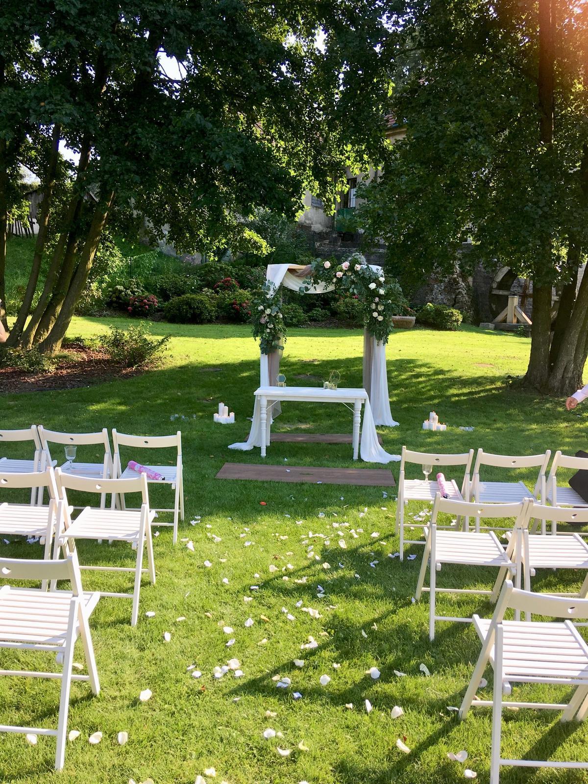 Romantická púdrovo-zlatá greenery svadbička Nelky a Denisa - Obrázok č. 25