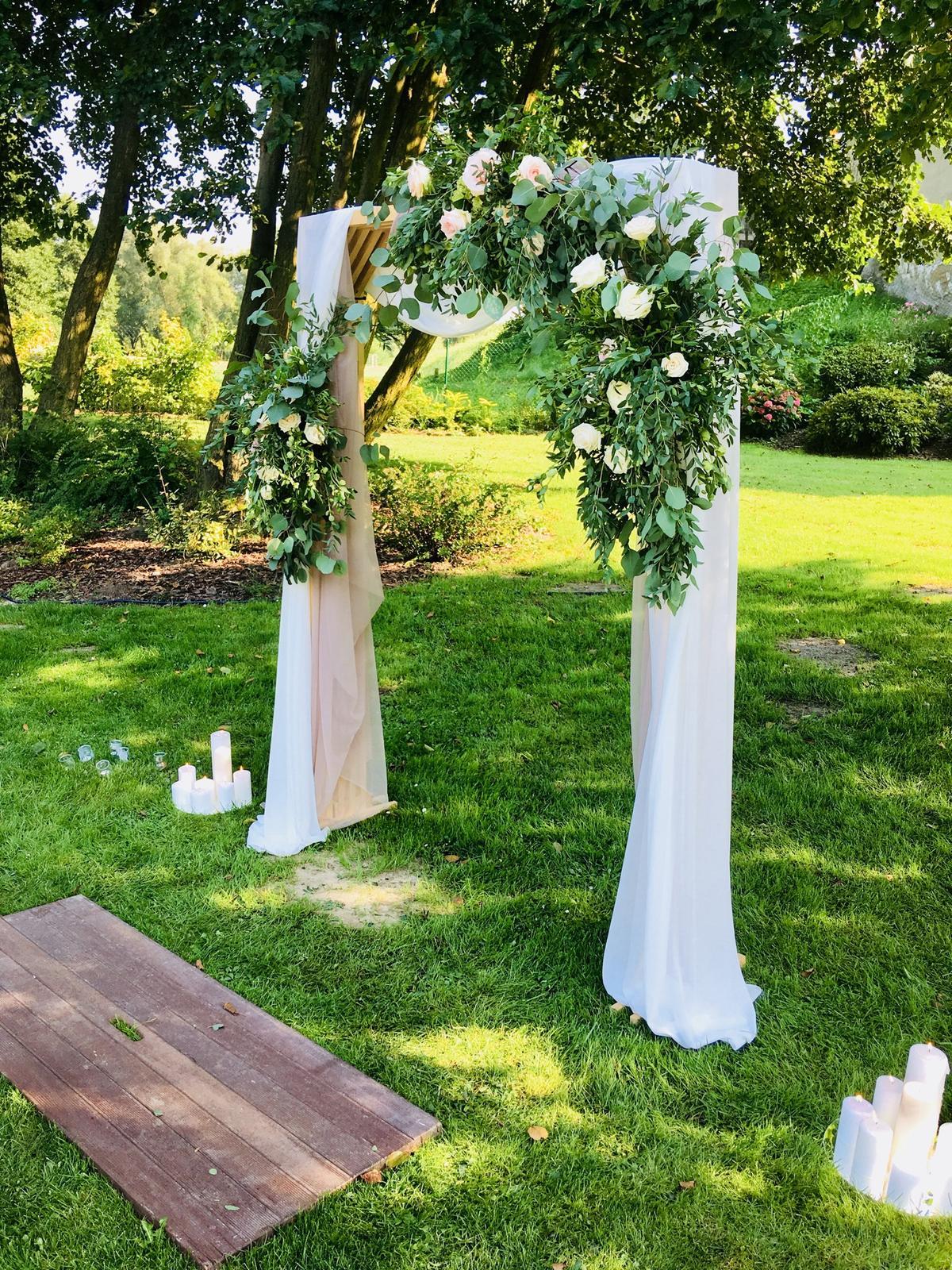 Romantická púdrovo-zlatá greenery svadbička Nelky a Denisa - Obrázok č. 26