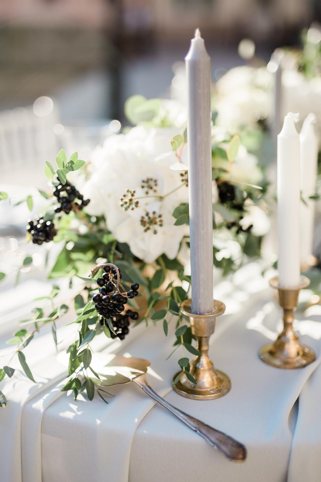 Prekrásna sivo-bledomodrá výzdoba v kombinácii s greenery doplnená zlatou v centre Košíc. - Obrázok č. 10