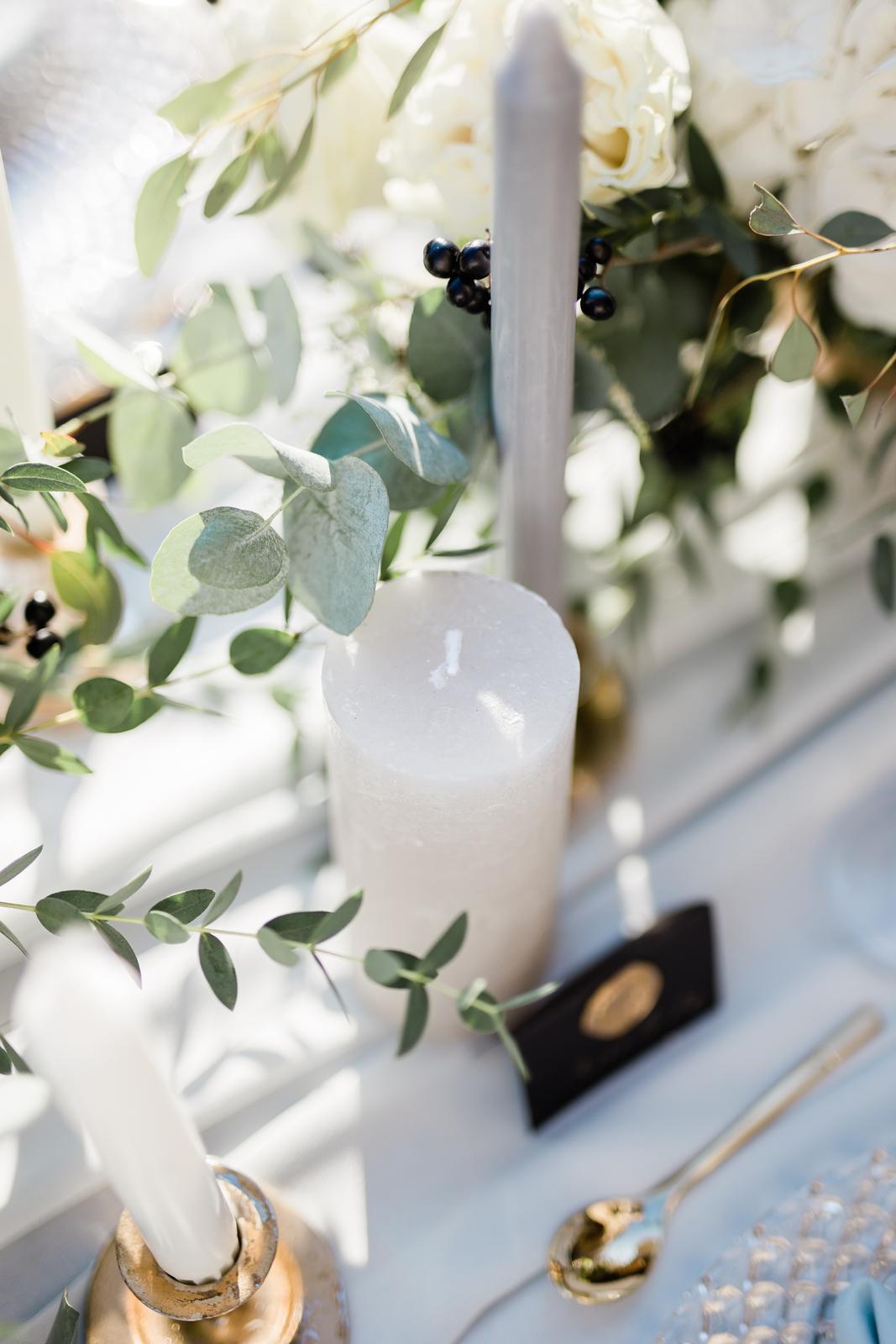 Prekrásna sivo-bledomodrá výzdoba v kombinácii s greenery doplnená zlatou v centre Košíc. - Obrázok č. 16