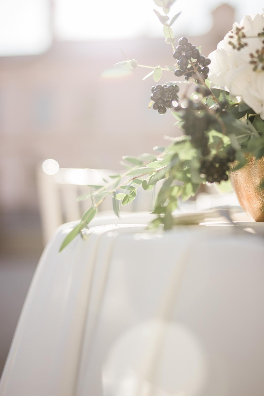 Prekrásna sivo-bledomodrá výzdoba v kombinácii s greenery doplnená zlatou v centre Košíc. - Obrázok č. 20