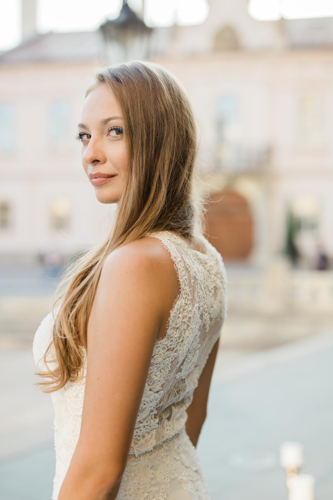 Prekrásna sivo-bledomodrá výzdoba v kombinácii s greenery doplnená zlatou v centre Košíc. - Obrázok č. 22