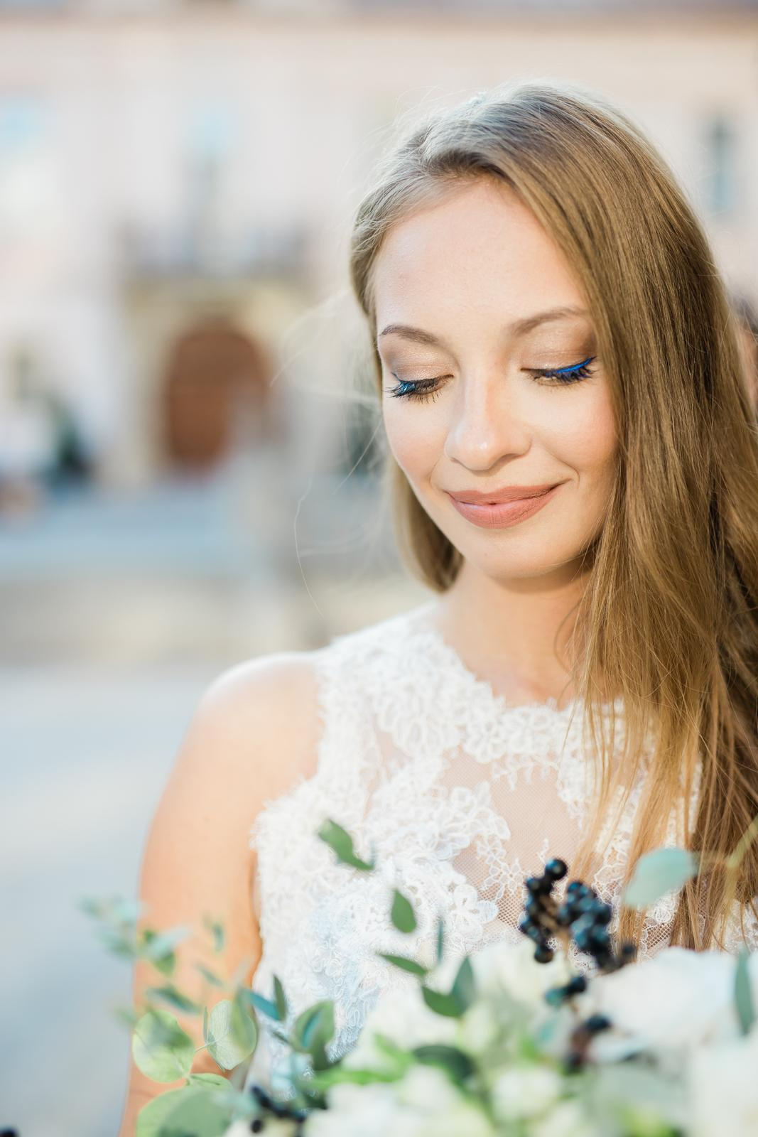 Prekrásna sivo-bledomodrá výzdoba v kombinácii s greenery doplnená zlatou v centre Košíc. - Obrázok č. 26