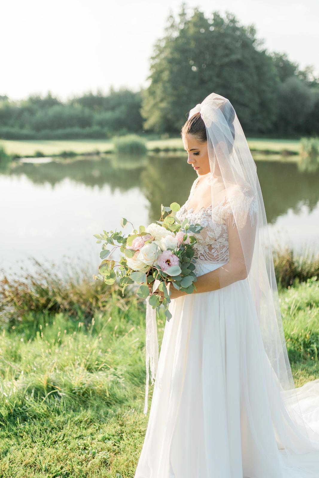 Krásna greenery Svadbička Danky a Laciho v svetlošedých odtieňoch - Obrázok č. 47