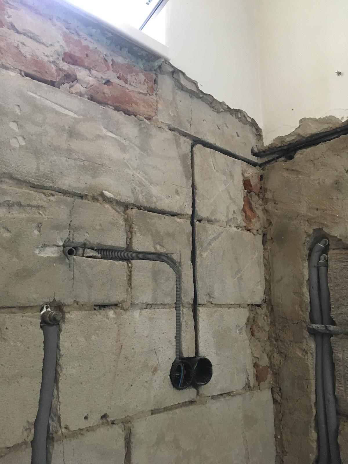 Rekonštrukcia WC - Rozmerovo vychádzal nový obklad tesne pod parapet. Kábel v rohu cez stenu k 3f zásuvke na fasáde (to som si myslel, kým som nezačal prerábať rozvádzač - a on to kábel po fasáde okolo domu k sporáku v kuchyni; asi 12 m)