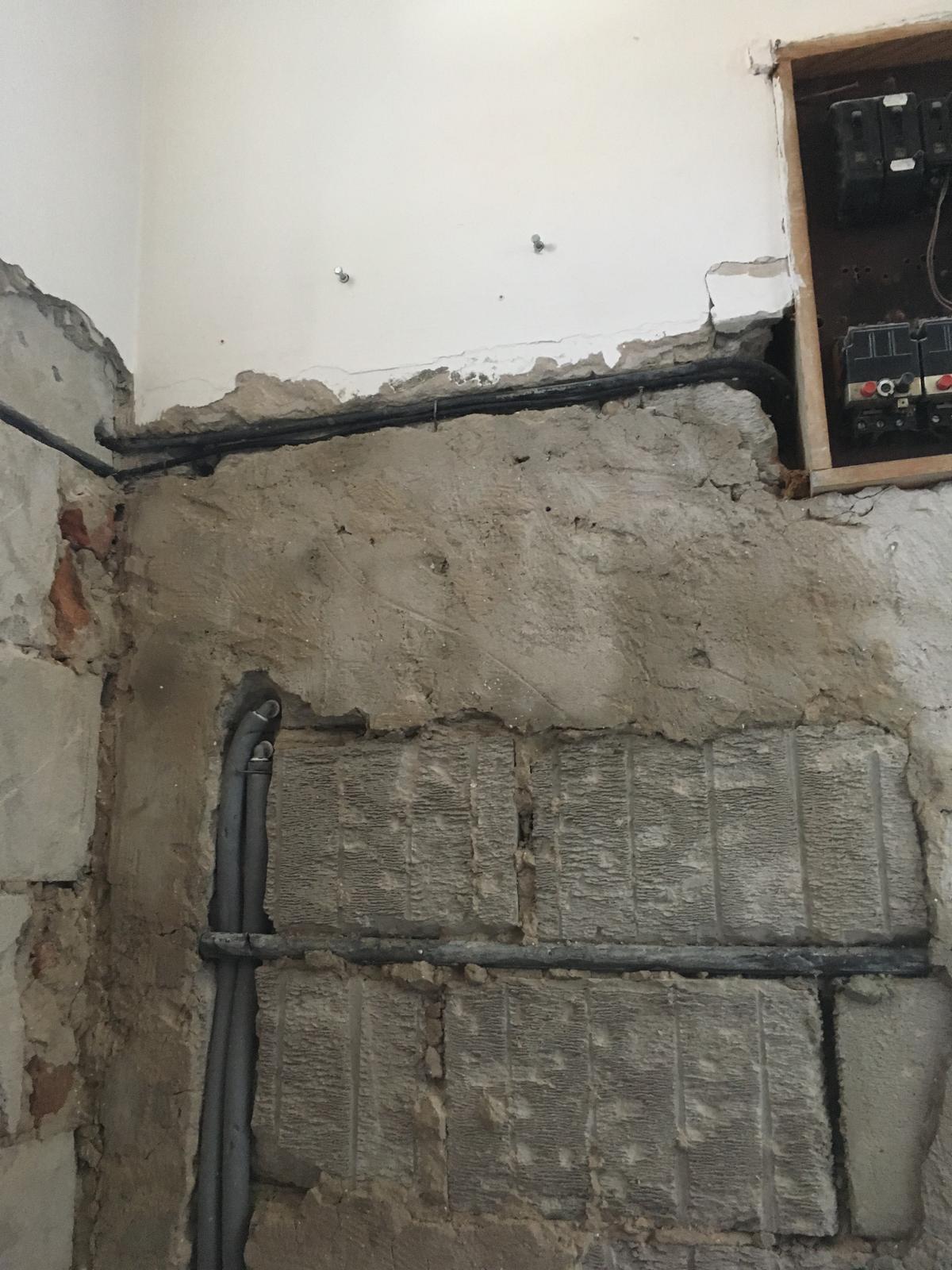 Rekonštrukcia WC - Kábel k zásuvke vyžadoval pre vstup do rozvádzača veľa priestoru.