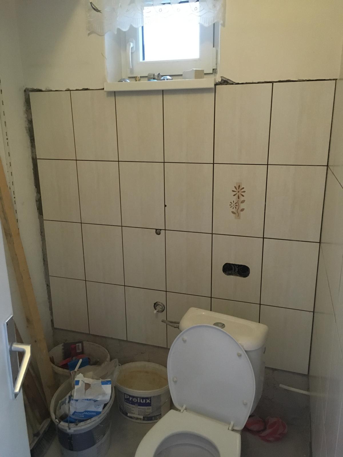 Rekonštrukcia WC - Presne pod parapet. WC muselo byť na fajront použiteľné. Chýbajúce 2 cm naľavo som dorovnal stierkou - aj tak to je schované za policami.