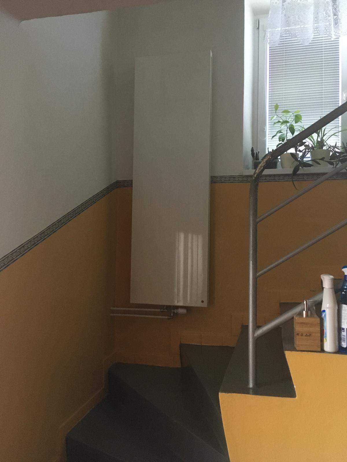 Rekonštrukcia WC - Radiátor na schodisku. WC je za stenou (kedysi dávno obvodovou) vľavo.