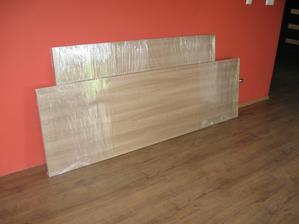 Posuvné dvere a jedálenský stôl pripravené na montáž