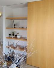 Super riesenie- za jedalenskym stolom posuvne dvere bud zakryvaju police alebo obyvacku