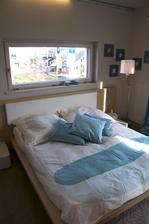 Taketo okno za postelou mame naprojektovane aj my