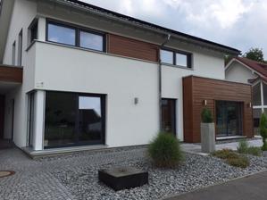 Taky typicky nemecky domcek, horne okna vzdialene podobne nasim
