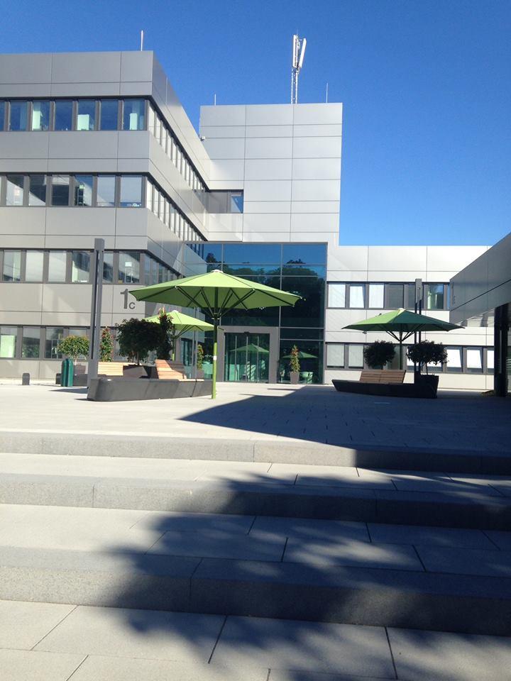Inspiracie z Nemecka - Vynovena fasada v mojej praci (budova je zo 70. rokov), milujem to tu :-)