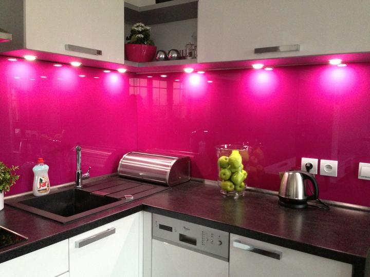 Skleněný obklad kuchyně - Teplice - Kuchyň po montáži skla s osvětlením trochu z jiného úhlu