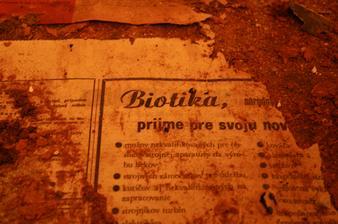V minulosti mali zrejme iné predstavy o dobrej izolácii podlahy...denná tlač pod linoleom