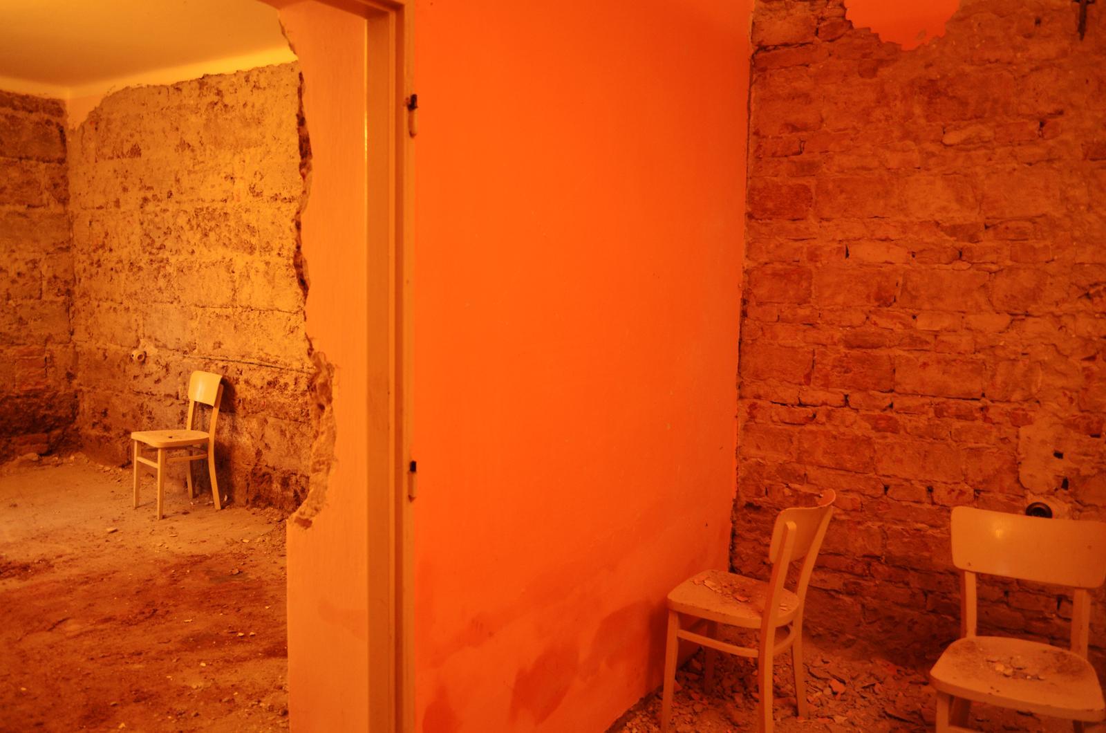V zelenom dome - Tak že by predsa tehla? Každá miestnosť je z iných materiálov a má iné podlahy.