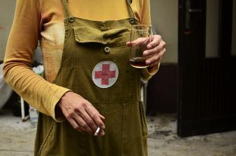 Deň tretí.....prvá pomoc po práci, cigareta a drink..všetkých nás bolia ruky, prší a nikomu sa nechce