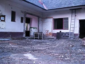 bordel preč, veranda preč, ......pravdepodobne najškaredší stav, odteraz sa už bude len skrášlovať a obnovovať
