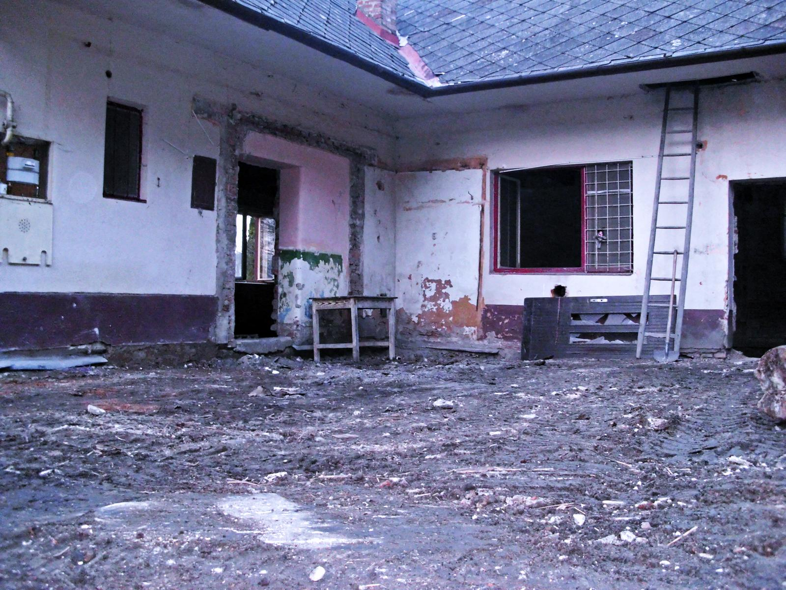 V zelenom dome - bordel preč, veranda preč, ......pravdepodobne najškaredší stav, odteraz sa už bude len skrášlovať a obnovovať