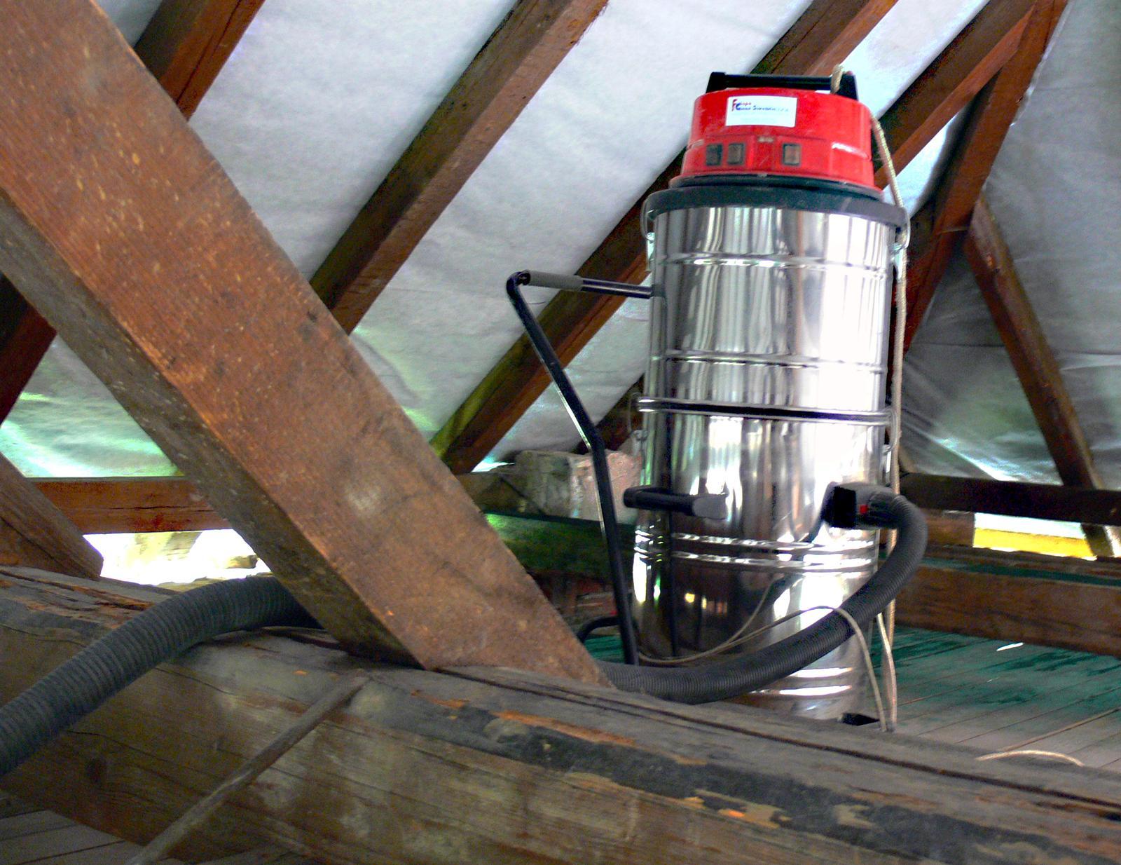 V zelenom dome - typická sobotná činnosť - upratovanie. Povysávať (priemyselný vysávač) &  poumývať (krovsan)  podlahu...