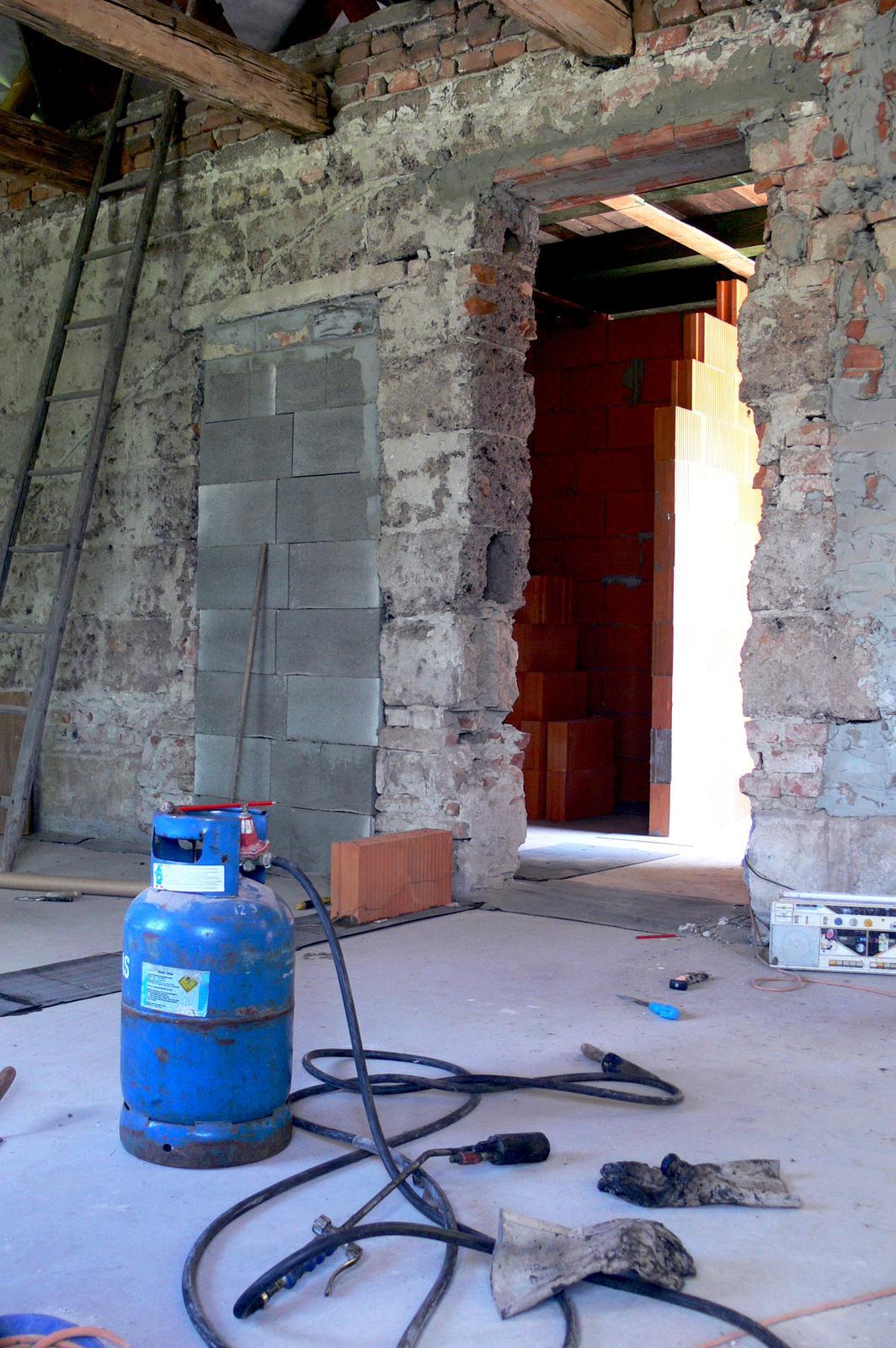 V zelenom dome - jedny dvere zamurované, druhé vybúrané a prvá tehla na kutici č. 2