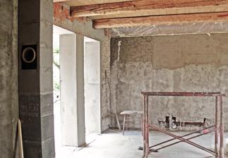 aj vnútri sa to pomaly mení....máme komín, strop a časť omietky
