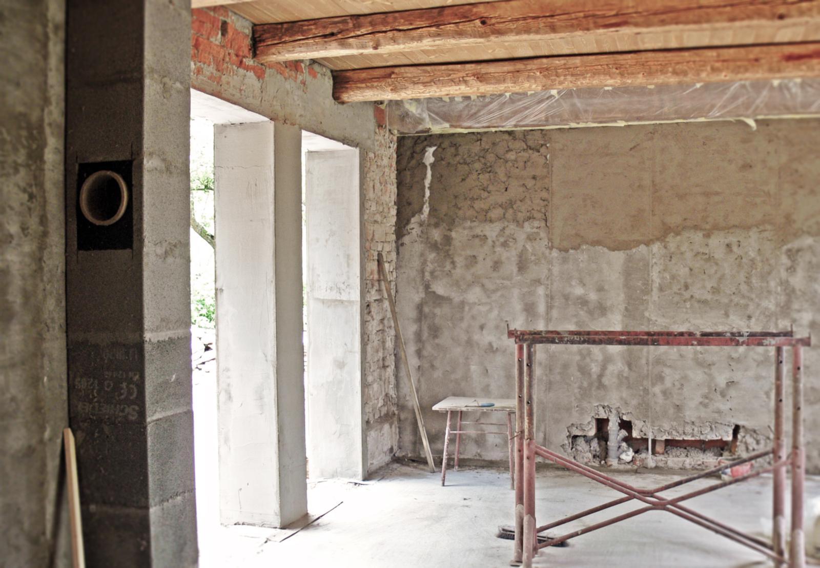 V zelenom dome - aj vnútri sa to pomaly mení....máme komín, strop a časť omietky