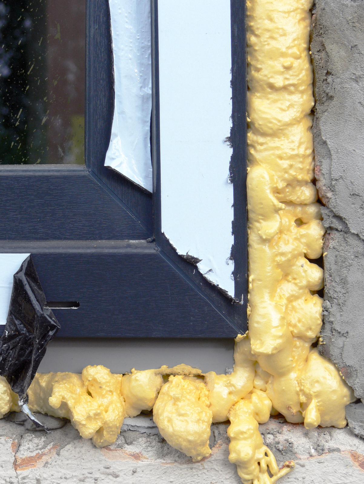 V zelenom dome - pôvodne sme plánovali že okná budú v odtieni akože drevo...ale keďže je to plast, nech vyzerá ako plast....sivé ako strecha