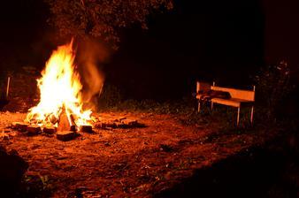 večer@doma     zvyšky búdy/chlievu v ohni