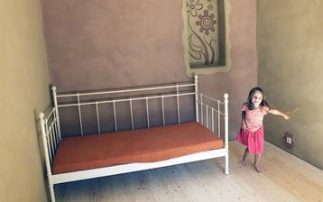radosť zo (staro)novej postele - 15 r. ikea...veľké díík mojej segre za darovanie  nábytku z jej starej študentskej izby....poslúži