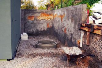 Studňové skruže ako lacná verzia jamy na zemááky (betónovať by stálo viac) ... tu bude letná kuchyň a krytá terasa