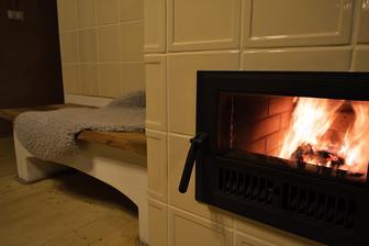 wečer...doma...na poslednú chvíľu zohnané zásoby suchého dreva....