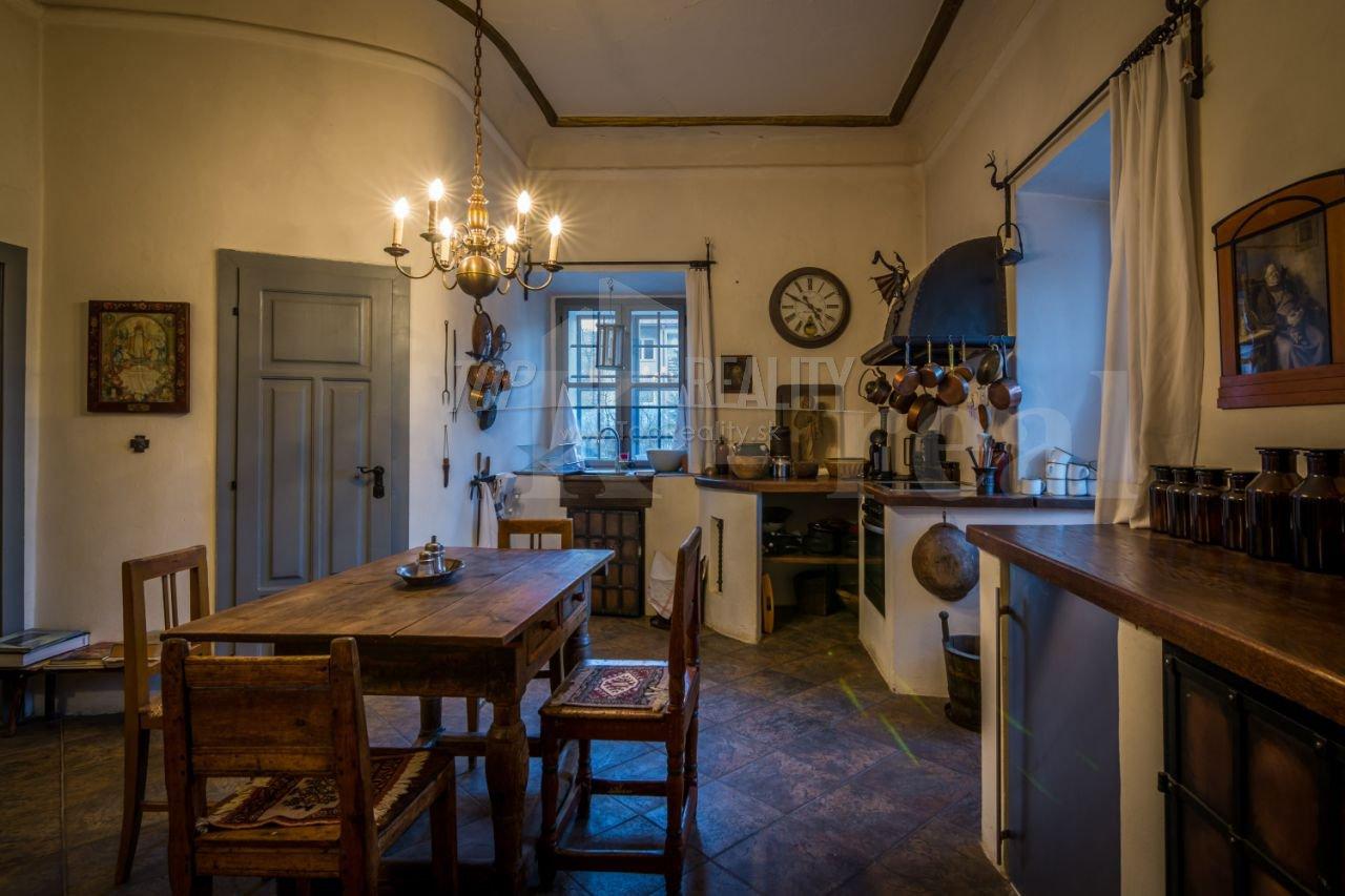 Inšpirácie...drevo, kameň, hlina, kov, industrial, etno, vidiek, starinky - ano, foto z realitky ale proste si to musiim ulozit...nadherna kuchyna