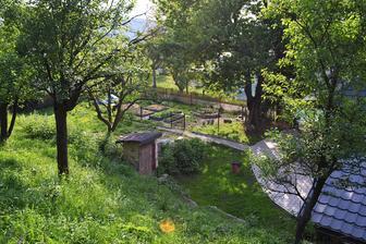 záhrada zvrchu...kadibúda aj s okolitou džunglou pôjde budúcu jar preč, odkrojíme trochu svahu pomocou gabionového múru