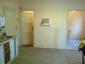 kuchyň, uplne nalavo vchodové dvere, potom špajza a napravo miniizba 2,5 x 2,7 m