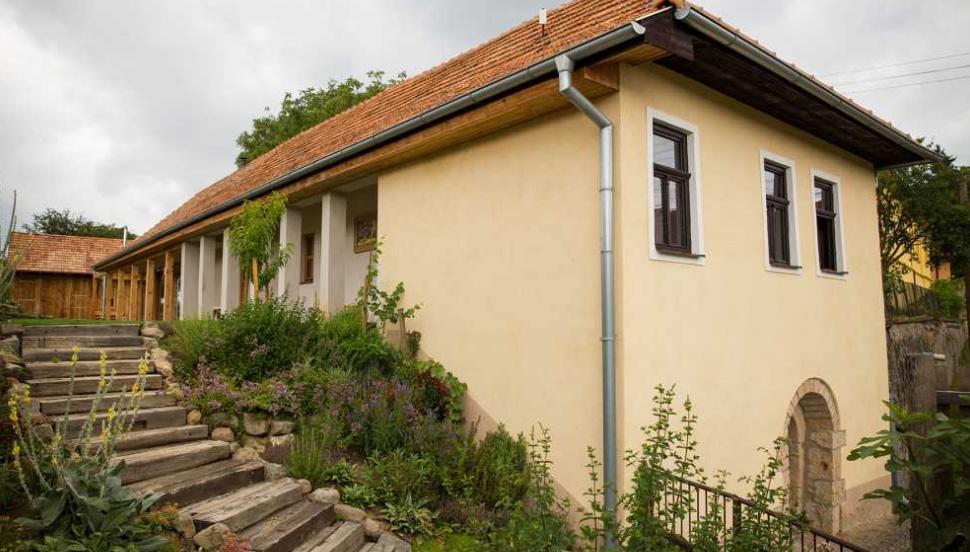 Nové v starom alebo moderné rekonštrukcie - Tradičný slovenský dom aj s pôvodnými členenými oknami