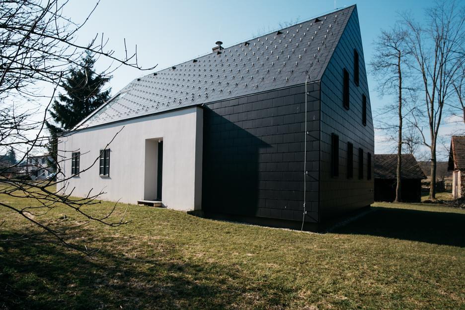 Nové v starom alebo moderné rekonštrukcie - Další dom od susedov, kde ostala zachovaná len malá časť, toto je už príliš na môj vkus ale kto má rád nezvyčajné toho poteší