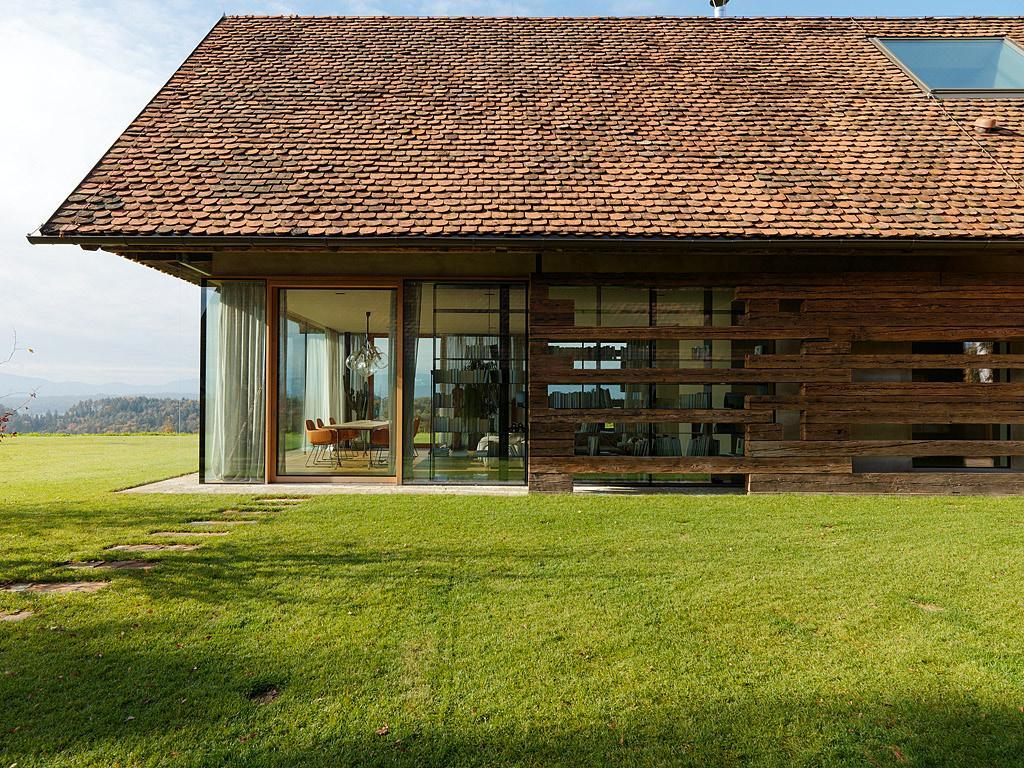 Nové v starom alebo moderné rekonštrukcie - zaujmavý prvok fasády zo starých trámov