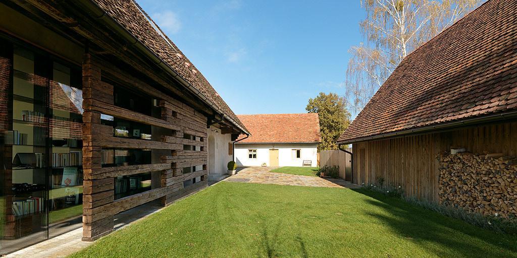 Nové v starom alebo moderné rekonštrukcie - Spredu opäť pôvodný dom ktorý ničím nenarúša okolie