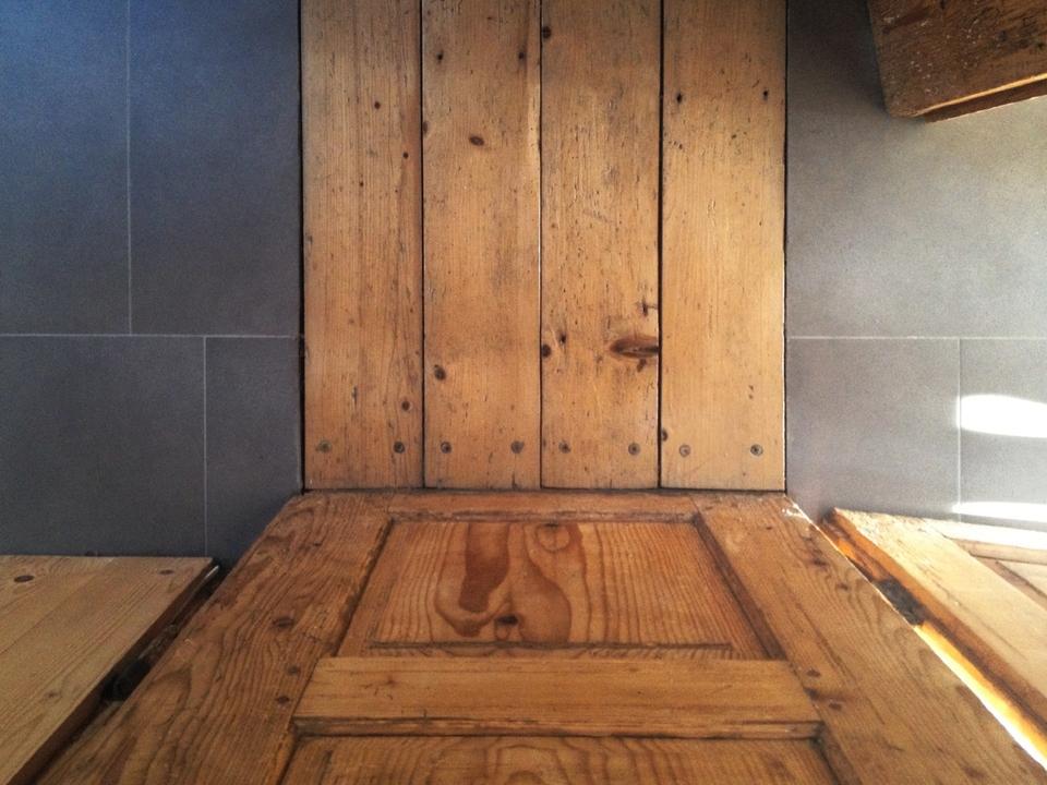 Nové v starom alebo moderné rekonštrukcie - Staré a nové spolu ladia, prah dverí a dlažba